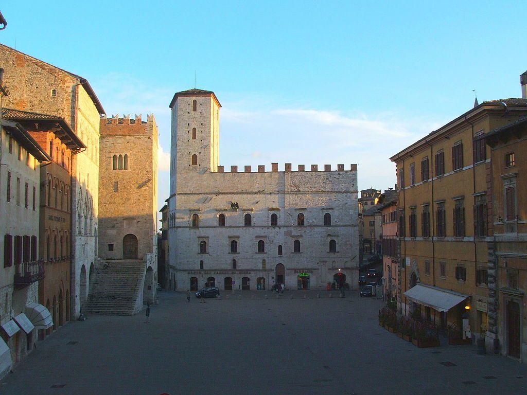 Todi-Piazza_del_Popolo-Palazzo_dei_Priori_opt