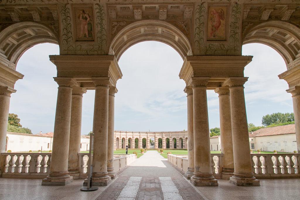 Palazzo_Te_-_Veduta_del_giardino_interno_opt