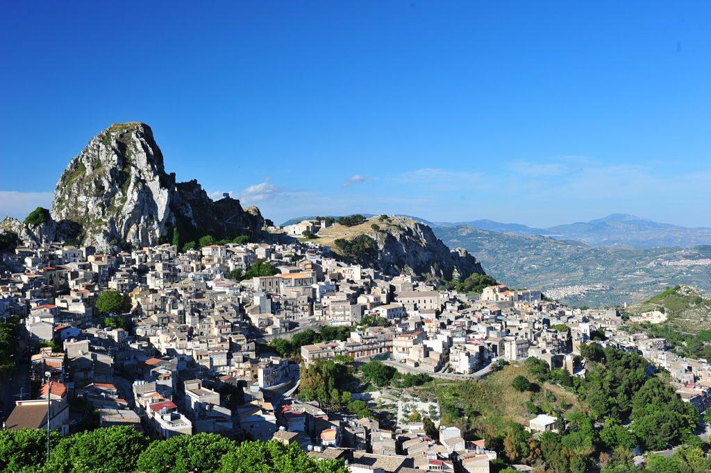 Caltabellotta,_Sicilia_giugno_2011_opt