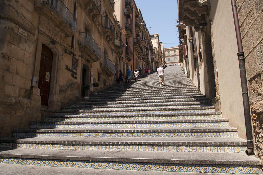 Scalinata_di_Santa_Maria_del_Monte,_Caltagirone,_Sicily,_Italy_(4894141011)_opt