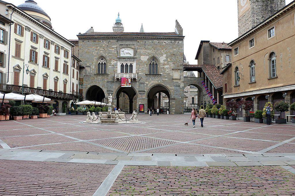 Dagli edifici medievali ai villaggi operai la storia for Galleria carrara bergamo